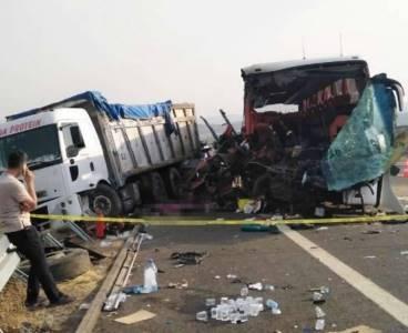 TIR, otobüse çarptı: Çok sayıda ölü ve yaralı