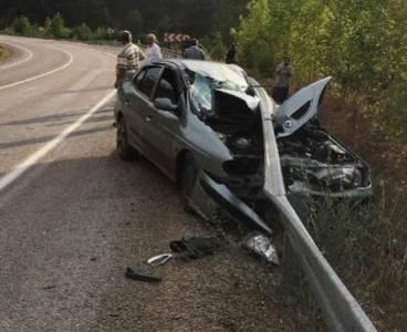 Kozan'da bariyerlere çarpan otomobilin şoförü yaralandı