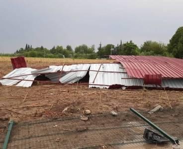Kozan'da fırtına okulun çatısını uçurdu