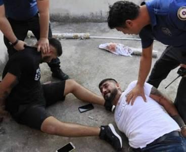 Hastane otoparkında baba ve oğlunu silahla vurup kaçtılar